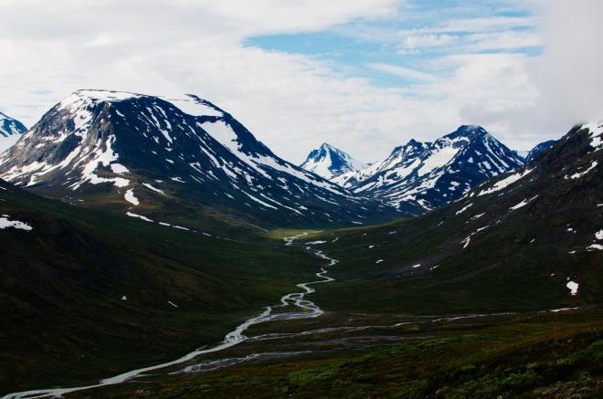 Říčka Visa vinoucí se mezi horami.