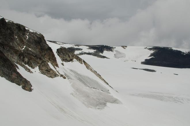 Laviny se nevyhýbají ani norským horám. Zde dva sesuvy v jednom záběru.