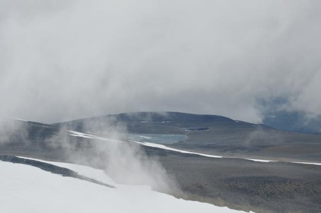 Chata Juvasshytta na okraji jezera Juvvatnet ve výšce 1835 metrů. Tam začíná výstup na Galdhøpiggen vedoucí přes ledovec, jak jsme již uvedli.