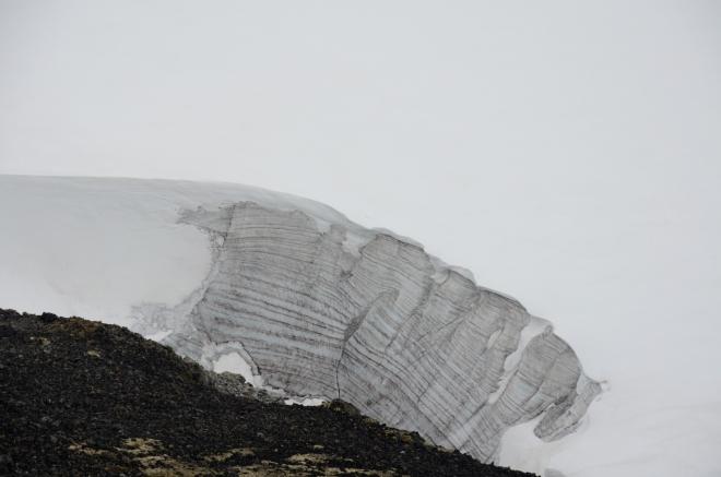 Na jižním okraji hřebene se rozkládá další velký ledovec, Svellnosbreen. Odhadujeme, že tloušťka příkrovu na okraji bude dosahovat desítek metrů.