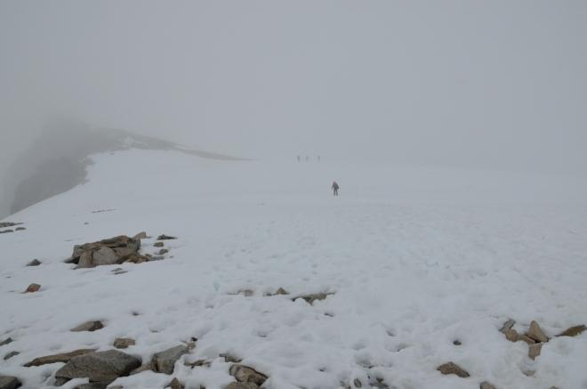 Vrcholná ukázka nevlídného počasí – sníh, mlha a vítr, i když v Norsku by asi mohlo být i hůře. Poslední stovky metrů ve sněhu jsou opravdu upachtěné a moc neubíhají.