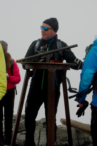 Bylo by pěkné udělat si přímo na vrcholu selfíčko, proti je však tento postarší turista, který objímá vrcholový dalekohled a zjevně si to užívá.