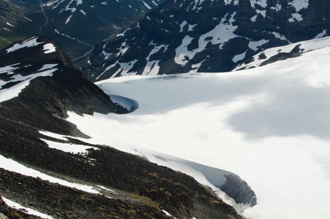 I cestou dolů obdivujeme přilehlý ledovec a jeho mohutnost.