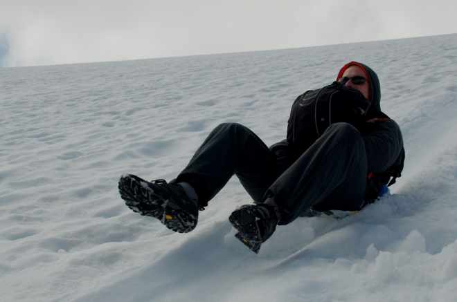 Když už jsme se dostali pryč z kamenů, byla by škoda, aby Michal nezúročil včerejší poctivou přípravu a neprojel se na své igelitce Albert, kterou nedočkavě vytahoval už pod vrcholem Galdhøpiggenu. Je to super odlehčení pro nohy, které nemusí brzdit prudký sešup dolů.