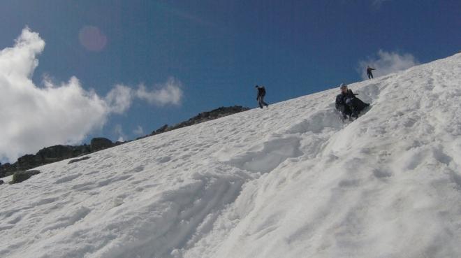 Sjíždíme i poslední velké sněhové pole. Je hodně prudké, a tak si musíme dát pozor...