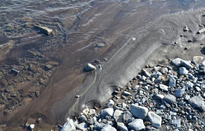 Sopečný prach vytváří černý písek.