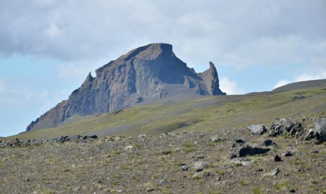 Vzdálená hora se skalami bizardních tvarů