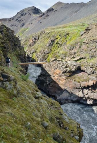 Divokou řeku naštěstí brodit nemusíme, na příhodném místě je lávka.