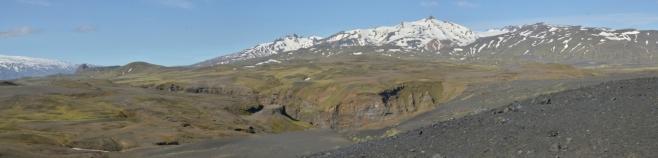 Pravá část panoramatu, uprostřed pohled na kaňon Markarfljót