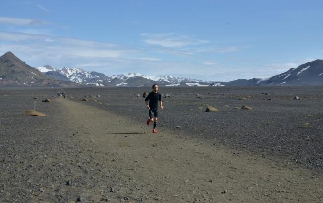 Jeden z prvních ultramaratonců běžících proti nám.