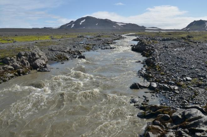 Stejně jako Fremri-Emstruá, i Innri-Emstruá překračujeme po lávce a brodit bychom jí nechtěli. Naštěstí teče skalnatým korytem.