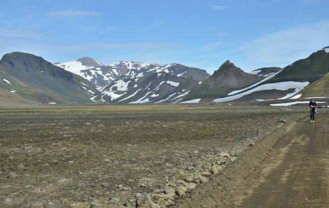 Prohrnutou cestou kamennou planinou se blížíme k horám.