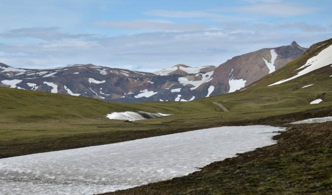 Cestou k duhovým horám občas překročíme údolíčko stále ještě zapadané sněhem