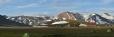 Za kempem se již rozkládají duhové hory, letos i se sněhovým popraškem.