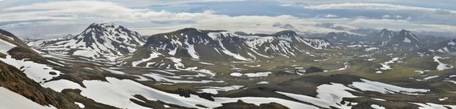 """Panorama """"pocukrované"""" krajiny, levá část. Vzadu opět mohutný ledovec Mýrdalsjökull."""