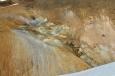 Solfatara se sirnými výpary a vysráženou sírou.