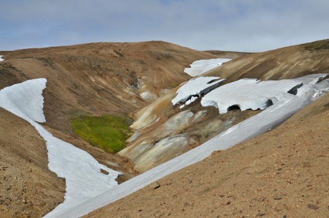 Údolíčko s vysráženou sírou a zřejmě i teplným pramenem vody, soudě podle zeleně, v duhových horách výjimečné.