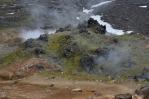 Na okrajích lávového pole se kouří ze spousty otvorů