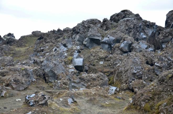 Lávové sklo (obsidián) v lávovém poli