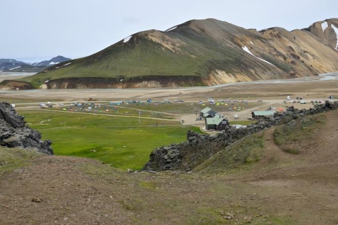 Konečně se objevil Landmannalaugar! Už stačí jen sejít průrvou v okraji lávového pole