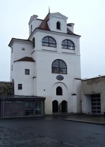 Jezuitská hvëzdárna je nejzachovalejší částí městského opevnění s cimbuřím. V hranolové věžici byl roku 1705 zřízen vyhlídkový pavilon - Lusthaus zvaný též Jezuitská hvězdárna. Parkánová zeď byla zbořena při výstavbě Domu kultury a poté nově vyzděna bez plného respektování historického stavu dle projektu arch. P. Švancara. V objektu se nachází muzeum marionet.
