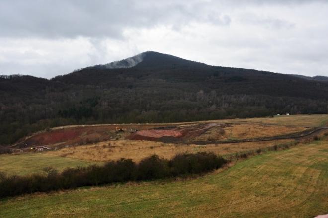 Kletečná (706 m n. m.) je nejbližším vrcholem.