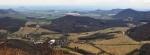 Milešov, vpravo Lipská hora (689 m n. m.).