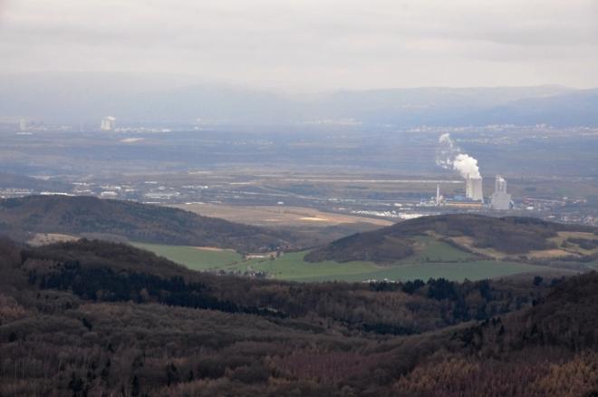 Elektrárna Ledvice dokazuje, že krajina je využita nejen k turistice. Hnědouhelné doly jsou nedaleko.