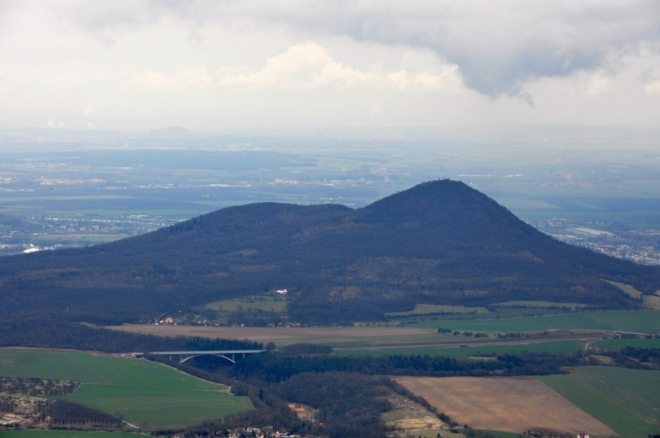 Lovoš (570 m n. m.).