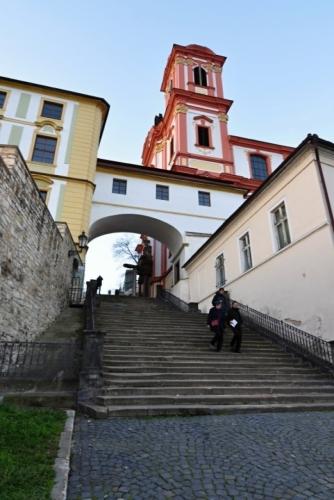 Jezuitské schody. Monumentální kamenné schodiště je vybudované v ose původního mostu přes Labe roku 1828. V nice se nacházela od roku 1863 plastika romantického básníka Josefa Emanuela Hilschlera (1806 - 1837), narozeného v kasárnách, umístěných v bývalé jezuitské koleji. Odstraněna byla r. 1945 a nahrazena v roce 1952 sochou sv. Jana Nepomuckého z r. 1721, která byla původně určena pro labský most. Níže stával do roku 1732 kostelík Panny Marie, připomínaný již roku 1257, kdy sloužil zdejšímu špitálu křižovníků s červenou hvězdou a v době protireformace Tovaryšstvu Ježíšovu. Od roku 1992 je na Jezuitských schodech umístěna dřevěná kompozice od J. Beránka, nazvaná Neznámo (www.mapy.cz).