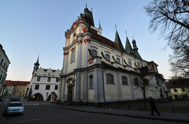 Děkanský kostel Všech svatých byl před polovinou 14. stol. součástí městského opevnění. Z této doby pochází i gotická věž vysoká 54 m, která byla upravena v letech 1501 - 1517 mistrem Jiříkem z Plzně. Po mnoha přestavbách a významném prodloužení má dnes podobu bazilikálního typu s trojbokým závěrem. K bokům presbytáře přiléhají kaple sv. Barbory a sv. Rocha z konce 17. stol. Pro svoji typickou bílou barvu bývá nazýván Bílý kostel (www.mapy.cz).
