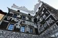 """Dům U Černého orla je jedním z nejvýznamnějších měšťanských renesančních domů. Pro rodinu Housků z Adlersburku jej postavil před rokem 1564 italský stavitel Ambrož Balli na místě dvou původních gotických domů. Jeho první majitel, Dionýs Houska nechal dům postavit za účelem ochrany královského poselstva a samotného vladaře. Byl zde ubytován např. císař Maxmilián II. (21.-22.4.1575). Roku 1650 se stal dům rytířským sídlem Oulíků (Aulíků) z Třebenic a byl obdařen titulem """"Králův Hrádek nad Labem"""". Destička """"SALVA GUARDA"""" (tzn. bezpečný průvod) umístěná nad vchodem znamená, že dům měl zvláštní ochranu panovníka. V letech 1704 - 1773 zde byla kasárna, později hostinec """"Černý orel"""" a od roku 1853 městský úřad. Proto je zde též umístěna deska připomínající návštěvu José Rizala, osobnosti filipínského boje za svobodu z roku 1887. Dům sloužil ve 2. polovině 20. století podnikům Jednota, Vkus, Hygie a Teppich Freund. Nyní je zde restaurační zařízení nazvané """"Salva Guarda"""", spojené s pořádáním řady výstav obrazů, soch, keramiky. Rozsáhlé stavební úpravy proběhly v 18. a 19. století. Na průčelí byly v letech 1957-58 objeveny rozsáhlé zbytky renesančních sgrafit, na kterých jsou zobrazeny biblické výjevy s alegoriemi lidského věku. Naposledy byly restaurovány v letech 1988-89 Helenou Forstovou a Marií Učíkovou (www.mapy.cz)."""