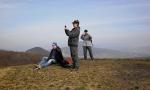 Holý vrch plný fotografů.