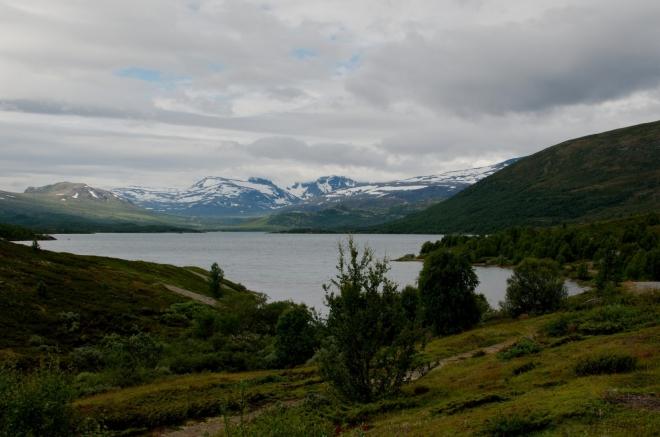 Zastavujeme na okraji asi 6 kilometrů dlouhého jezera Øvre Sjodalsvatnet a pořizujeme prvních pár fotek z tohoto dne. Již jsme velmi blízko Besseggenu.