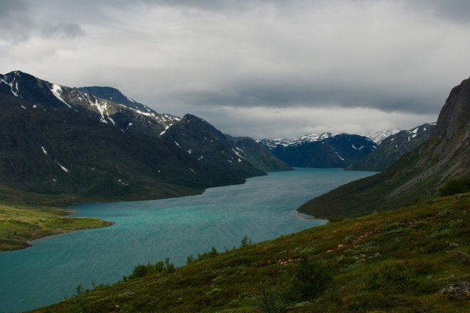 Jezero je sice hodně dlouhé, ale velice úzké, v nejširším místě má pouze jeden a čtvrt kilometru.