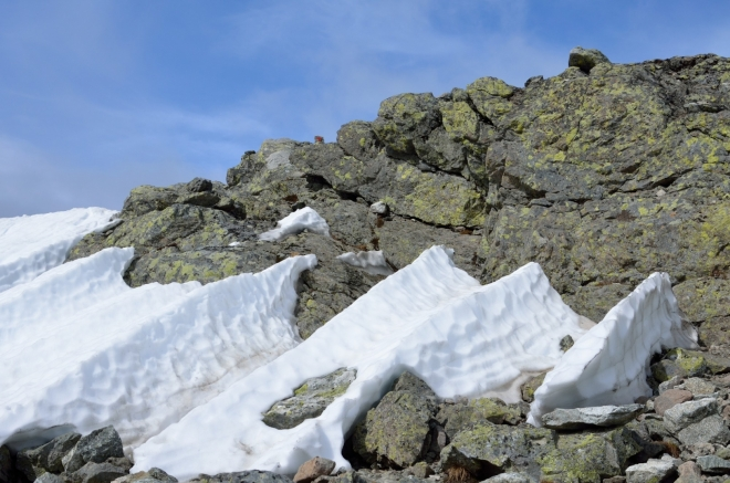Narážíme také na několik menších sněhových polí, ale proti včerejšku je to téměř nic.