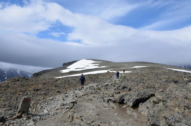 Nyní jsme již definitivně nahoře na hřebeni Besseggen. Ten nás vítá hodně silným větrem a chladným počasím.