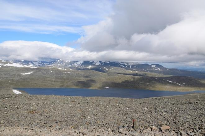Na opačné straně máme možnost poprvé zahlédnout jezero Bessvatnet, bez něhož by Besseggen nebyl Besseggenem. Časem ho uvidíme mnohem lépe.