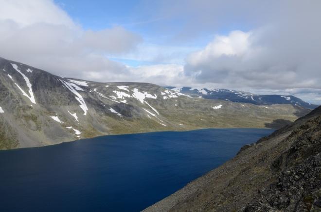 První pořádný pohled na jezero Bessvatnet. Ta modrá barva opravdu není nijak dodatečně zvýrazněná…