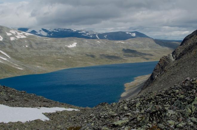 Jezero Bessvatnet je o poznání menší než Gjende, zhruba trojnásobně, na druhou stranu ho vidíme více zblízka vzhledem k jeho vyšší nadmořské výšce.