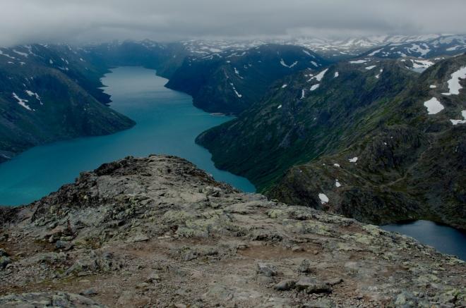 Chodícím fotografům se mezitím daří dostat do jednoho záběru stále více z obou jezer. Na těchto pohledech je úžasné, jak rozdílné barvy jezera mají – tmavě modrá barva Bessvatnetu je pro zdejší jezera celkem typická, azurovou barvu jezera Gjende má potom na svědomí hlína zanášená přitékající vodou z ledovce.