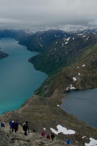 Nevýhodou Besseggenu je, že patří mezi nejvyhledávanější treky v Norsku, jak bylo naznačeno v úvodu. Setkáváme se zde tedy opět s velkými davy turistů. Většina jich zřejmě proudí proti nám – předpokládáme, že se tito lidé typicky nechali odvézt lodí na druhý konec stezky a hřeben tedy přecházejí jen jednou, směrem do Gjendesheimu.