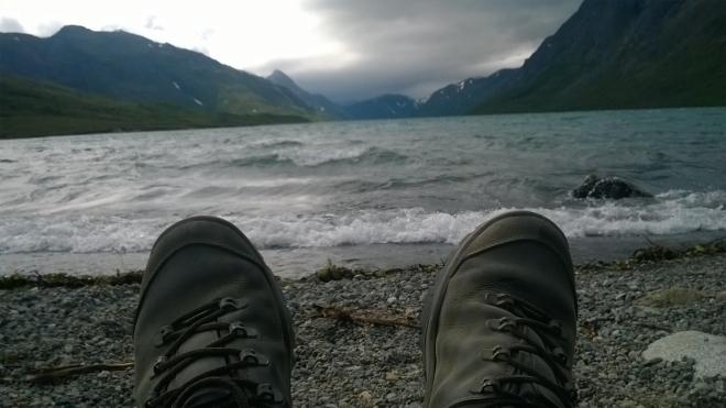 """Honza dorazil k jezeru jako první, čekání si zkrátil mimo jiné focením dalších """"selfíček"""". Na jezeře se ve větru dělají takové vlny, až si člověk připadá jako někde u moře."""