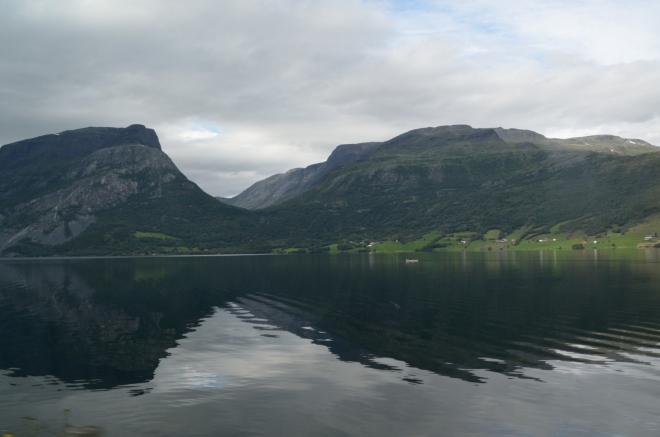 Cestou míjíme například malebné jezero Vangsmjøse, ale také dlouho jedeme okolo obrovského staveniště, nejspíš se napříč zdejším údolím buduje nová dálnice.