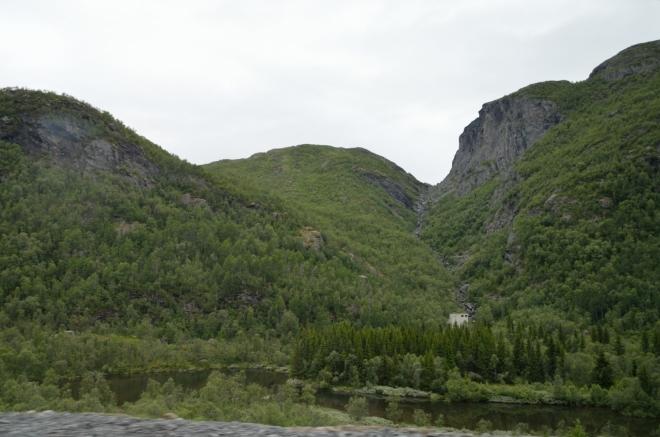 Bohužel záhy zjišťujeme, že jakákoliv rovina v tomto údolí je zabrána civilizací, a ostatní plochy jsou vesměs velice nerovné, jak je v Norsku typické. Zkoušíme tedy štěstí na nepříliš hezké cestě vedoucí kamsi do hor za vesnici, kde by už tolik civilizace být nemuselo.