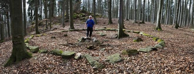 Velký kruh. Blanský les je známý mnohými nálezy svědčícími o osídlení jeho území. U Třísova se nachází velké hradiště z doby bronzové (cca 2200–750 př. n. l.). Po polovině 2. století př. n. l. zde existovalo keltské osídlení v podobě výšinného osídlení nad břehem Vltavy bez jakéhokoli opevnění. Podobně mohli být osídleny i další vrcholy Blanského lesa. Albertov je jedním z nich.