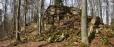 PP Malá skála. Skalní sruby se táhnou ve stometrové délce. Velké kameny jsou pak rozkutáleny v lese po okolí.