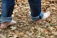 Než trpět v mizerných botách, je lepší jít bosky. Naštěstí je kolem 20°C , příjemné teplo.