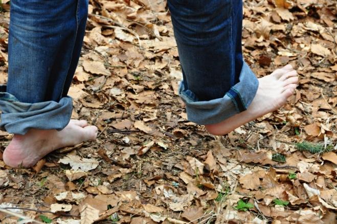 Než trpět v mizerných botách, je lepší jít bosky. Naštěstí je kolem 20°C a příjemné teplo.