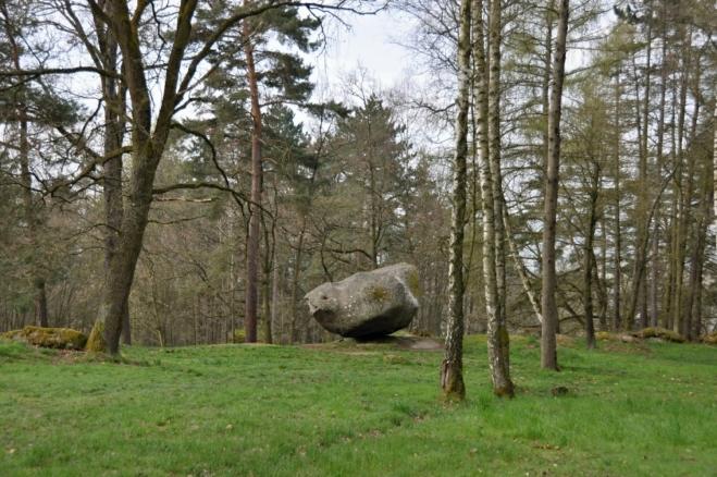 V okolí viklanuje spousta jiných velkých kamenů, ale samotný viklan žádný z nich neomezuje.